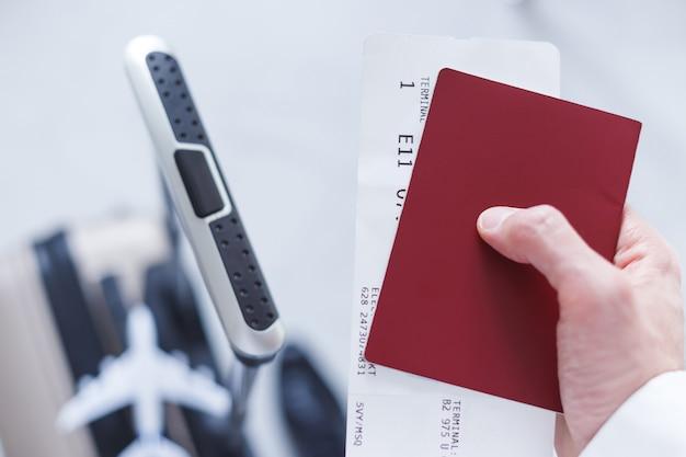 Voyage D'affaires. Homme Avec Un Passeport, Un Billet Et Des Bagages Photo Premium