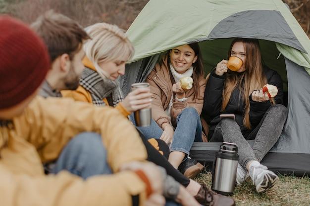 Voyage d'amis avec tente dans la nature Photo gratuit