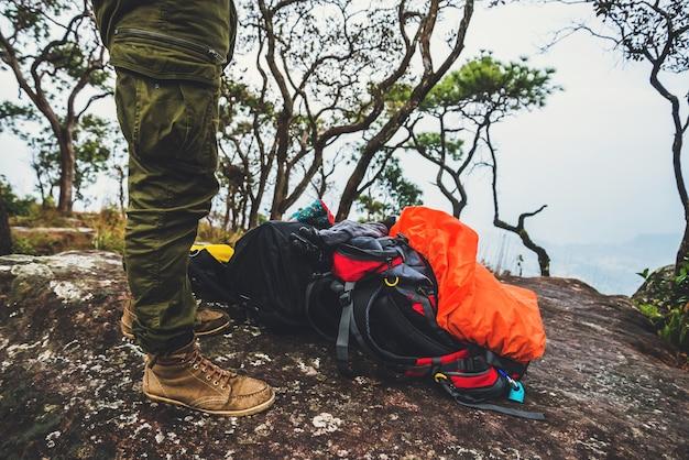Voyage de bagages nature. voyage relax. bagages mis sur les rochers. marcher dans la forêt. thaïlande Photo Premium