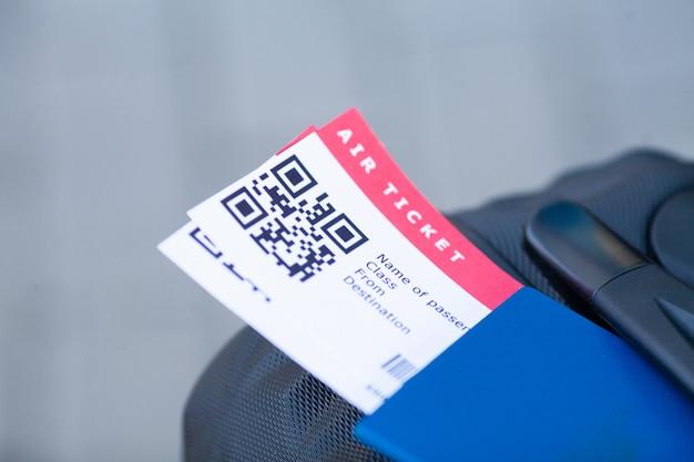 Voyage. closeup, fille, passeports, carte d'embarquement, à, aéroport Photo Premium