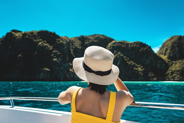Voyage Concept De Vacances D'été, Heureux Voyageur Solo Femme Asiatique Avec Bikini Et Chapeau Se Détendre En Bateau Sur La Mer à Phuket Thaïlande Photo Premium