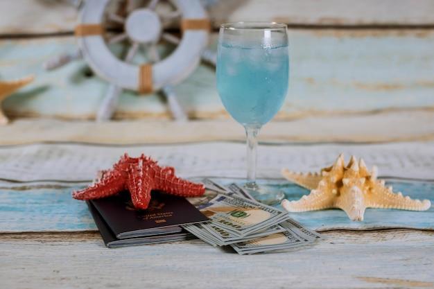 Voyage . croisière sur le bateau. verre de boisson, passeport, argent. Photo Premium