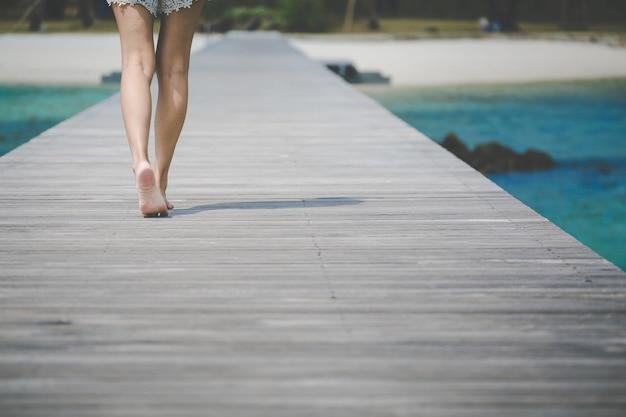 Voyage femme pied sur bois pont Photo Premium