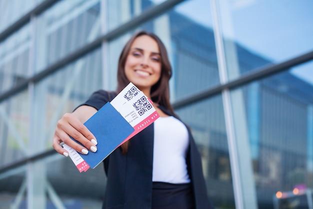 Voyage. Gaie, Jeune Femme, Tenue, Billets Avion, Dehors Photo Premium