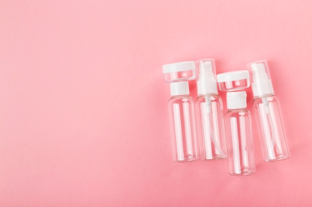 Voyage petite bouteille sur un fond rose. Photo Premium