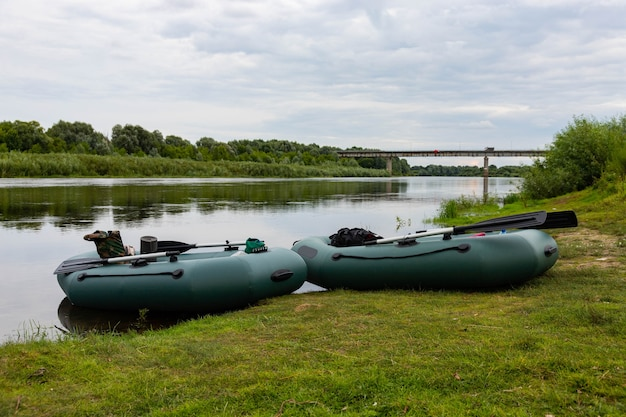 Voyage, Rafting Sur Un Bateau Pneumatique Gonflable Sur La Rivière. Concept De Loisirs Actifs. Photo Premium