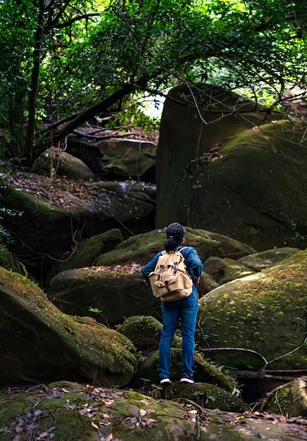 Voyage routard dans la forêt tropicale Photo Premium
