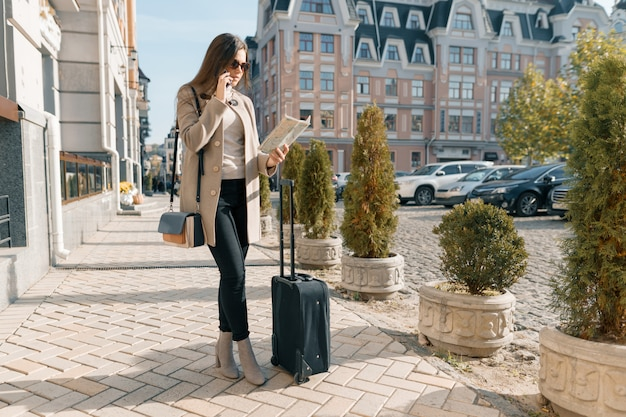 Voyager Jeune Femme Avec Téléphone Portable Et Valise Photo Premium