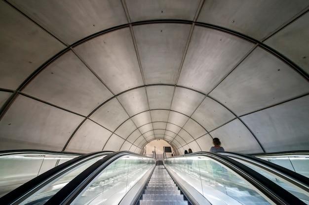 Voyager Sous Terre. Escalier Menant à Une Station De Métro Photo Premium