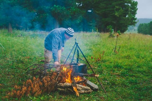 Voyageur allume le feu dans le camp. Photo Premium