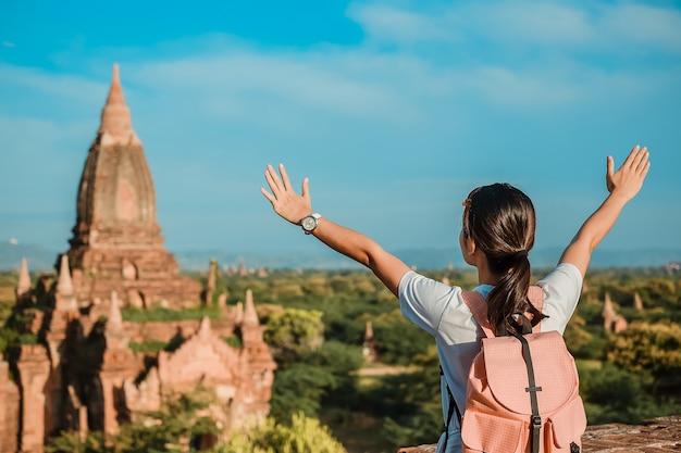 Voyageur asiatique debout sur la pagode et à la recherche de beaux temples antiques, bagan, myanmar Photo Premium