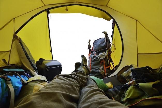 Voyageur couché dans la tente Photo Premium