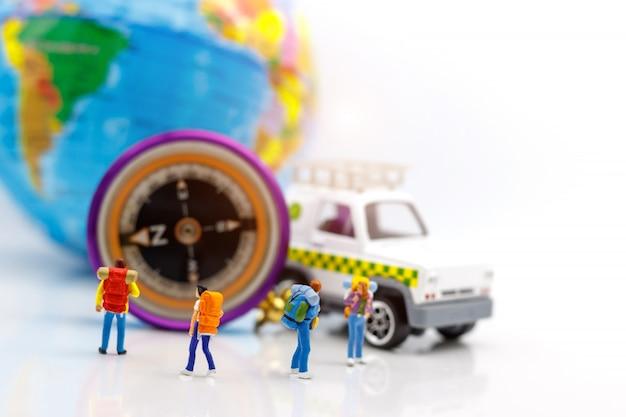 Voyageur debout avec globe et boussole. Photo Premium