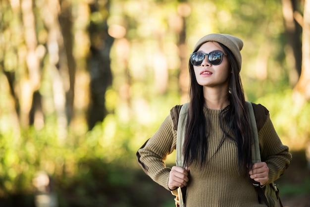 Voyageur femme va seul dans la forêt Photo gratuit