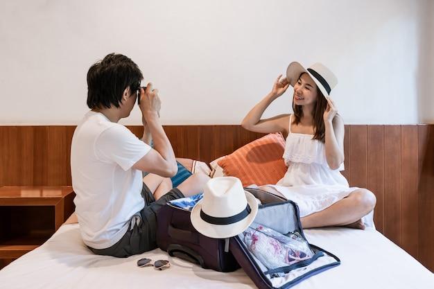 Voyageur Jeune Couple Heureux Avec Bagages à La Chambre D'hôtel En Vacances D'été Photo Premium