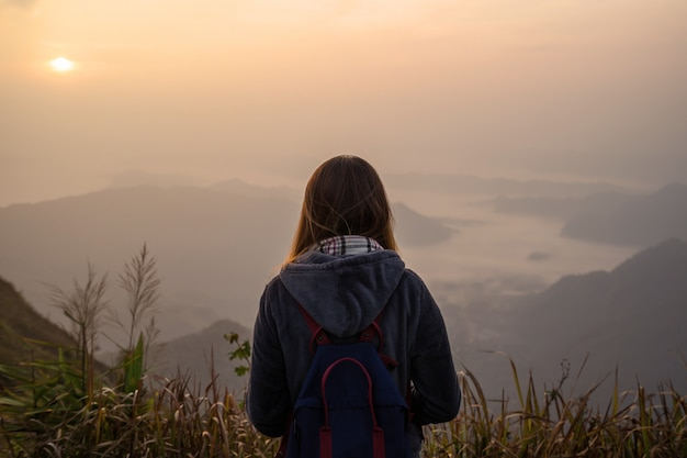 Voyageur jeune femme regardant au lever du soleil Photo Premium
