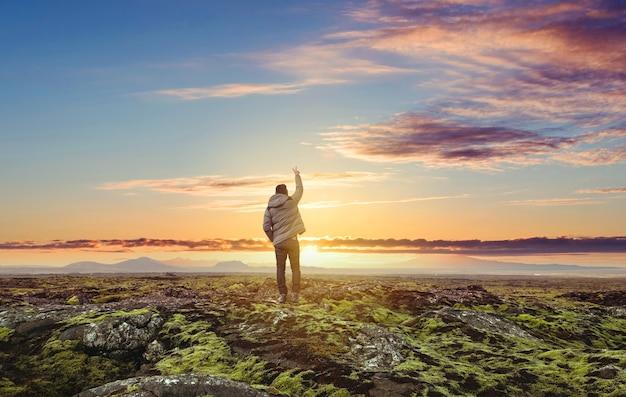 Voyageur Lever Le Bras Vers Le Ciel Au Lever Du Soleil Photo Premium