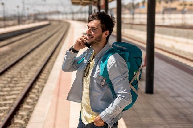 Voyageur parlant au téléphone Photo gratuit