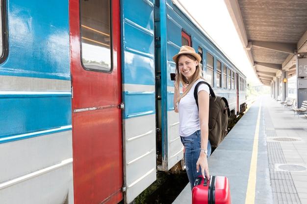 Voyageur prêt à prendre le train Photo gratuit