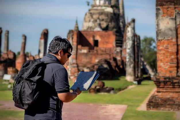 Voyageurs Asiatiques à La Recherche D'une Carte Dans Un Temple Phar Sri Sanphet Ayutthaya. Photo Premium