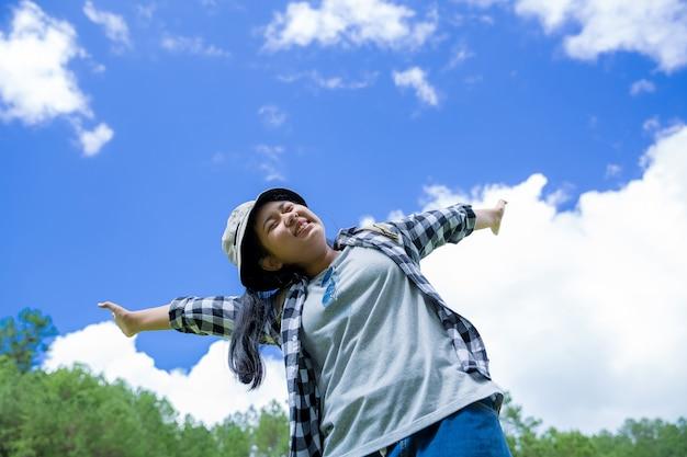 Les voyageurs, les jeunes femmes, regardent les montagnes et les forêts étonnantes, des idées de voyage Photo gratuit
