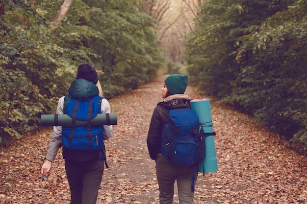 Une voyageuse avec des sacs à dos a fait de la randonnée dans les bois. Photo Premium