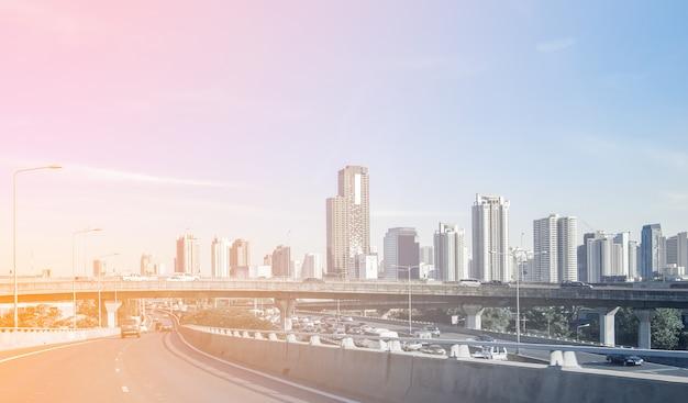 Voyagez dans la capitale avec bureau et pont sur autoroute Photo Premium