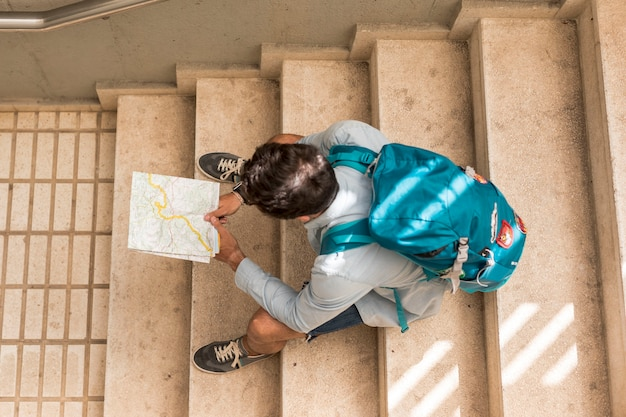 Voyant vue de dessus assis dans les escaliers Photo gratuit