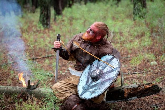 Vrai sanglant viking avec une flèche sur son bouclier Photo Premium