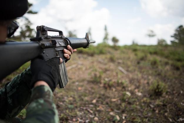 Vrai soldat camouflé visant. Photo Premium