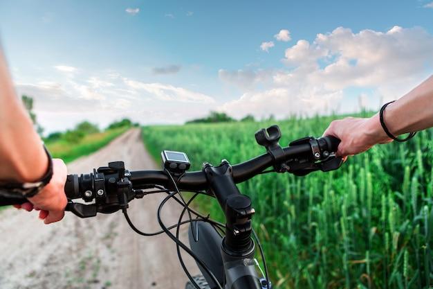 Vtt en descendant la colline en descendant rapidement à vélo. vue des yeux de motards. Photo Premium