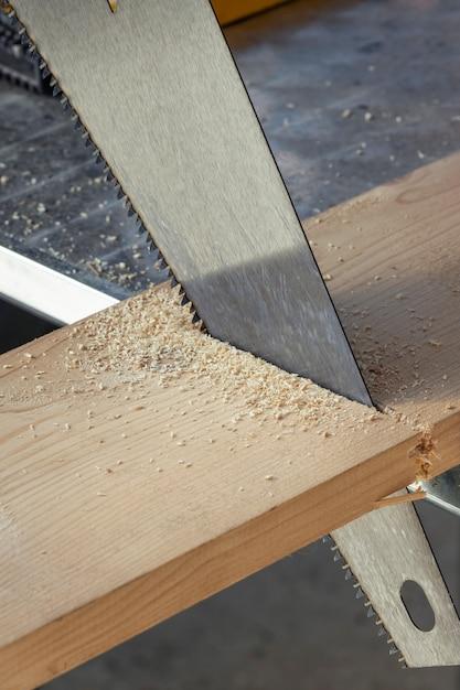 Vu couper à travers une planche. atelier de bois. Photo Premium
