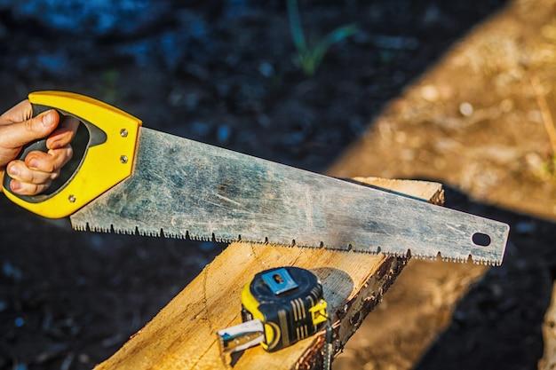 Vu Avec Un Ruban à Mesurer De Construction Sur Une Planche De Bois. Une Planche De Bois Photo Premium