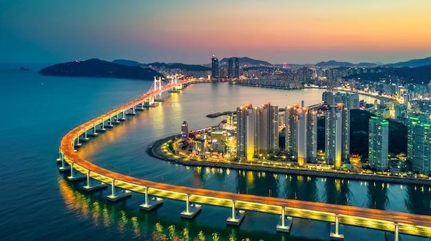 Vue Aérienne De L'architecture Du Bâtiment Gratte-ciel Illuminé En Corée Du Sud Photo Premium