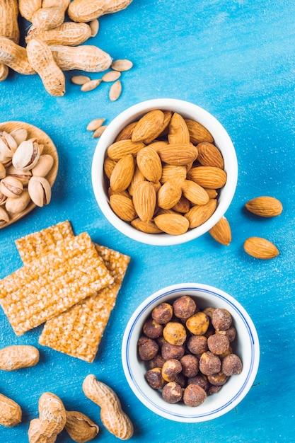 Une vue aérienne de la barre faite avec des fruits secs; cacahuètes et graines Photo gratuit