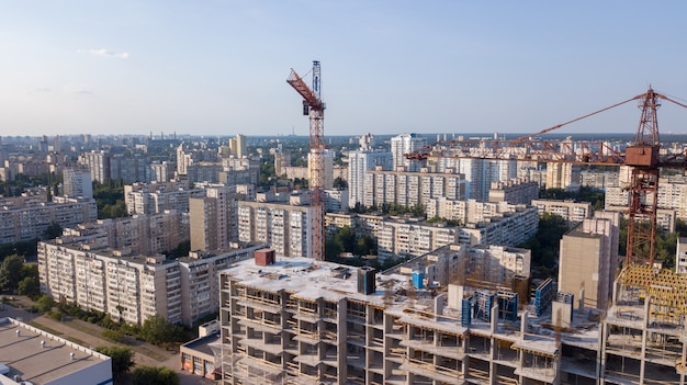 Vue Aérienne Sur Le Bâtiment Avec Des Grues De Construction Photo Premium