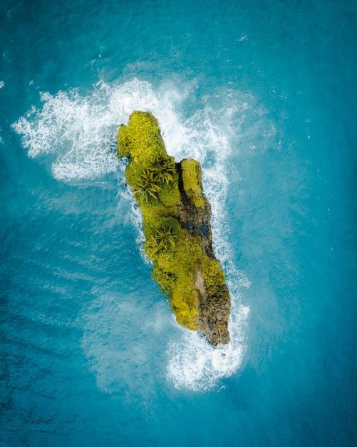 Vue Aérienne D'une Belle Petite île Verte Au Milieu De L'océan Photo gratuit