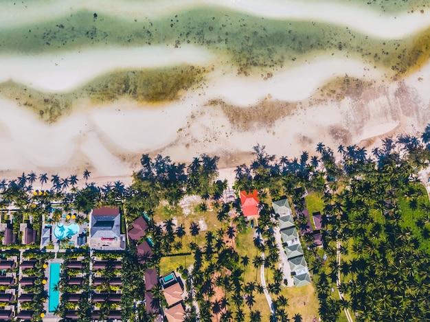 Vue aérienne de la belle plage tropicale et de la mer avec des arbres sur l'île Photo gratuit