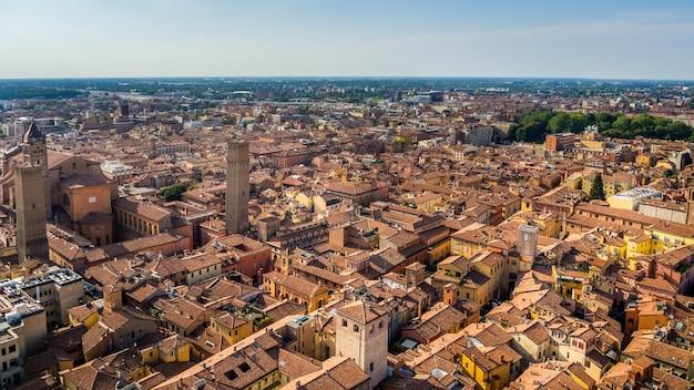 Vue Aérienne De Belles Rues Et Bâtiments D'une Vieille Ville De Bologne Photo gratuit