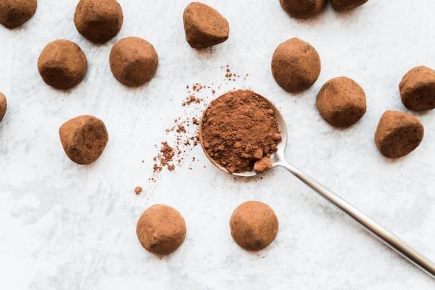 Une vue aérienne de boules de cacao sur fond texturé blanc Photo gratuit