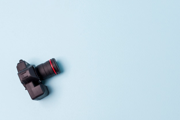Une vue aérienne d'une caméra artificielle noire sur fond bleu Photo gratuit