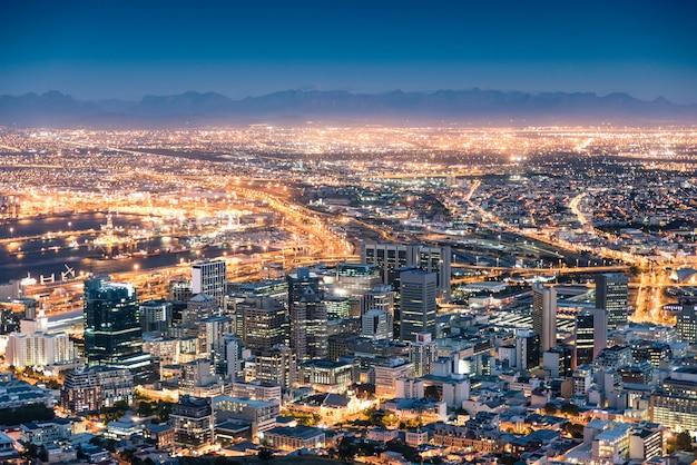 Vue aérienne de cape town de signal hill après le coucher du soleil pendant l'heure bleue Photo Premium