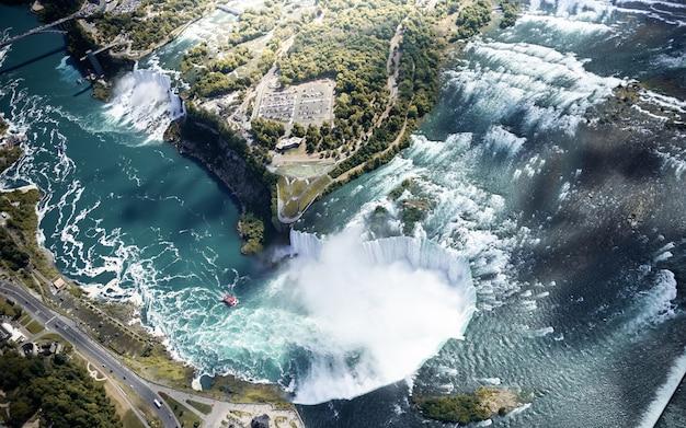 Vue aérienne de la cascade du niagara au canada et aux états-unis Photo Premium