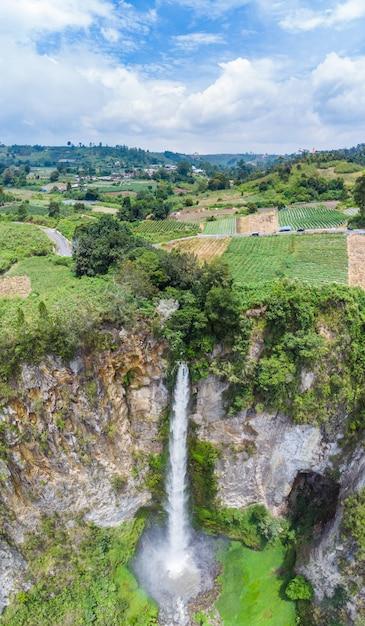 Vue aérienne de la cascade sipiso-piso à sumatra, destination de voyage à berastagi, en indonésie Photo Premium