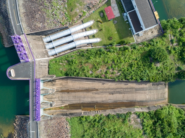 Vue aérienne d'une centrale hydroélectrique, porte de barrière hydraulique topview et avec pipeline, barrage en béton en aval de la pente. Photo Premium