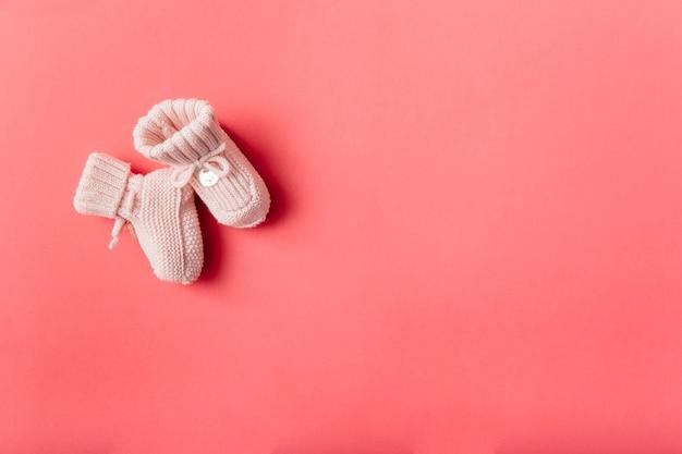 Vue aérienne de chaussettes de bébé en laine sur fond clair Photo gratuit
