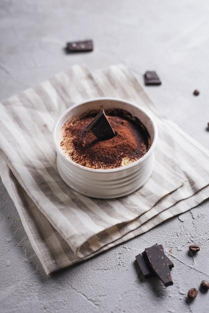 Vue aérienne, de, chocolat, orignal, dessert, céramique, blanc, bol, dessus, serviette Photo gratuit