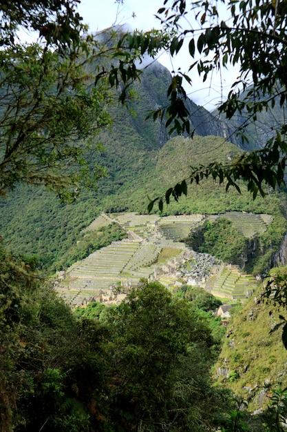 Vue aérienne de la citadelle de machu picchu vue de la montagne huayna picchu, machu picchu, cuzco, urubamba, pérou. Photo Premium