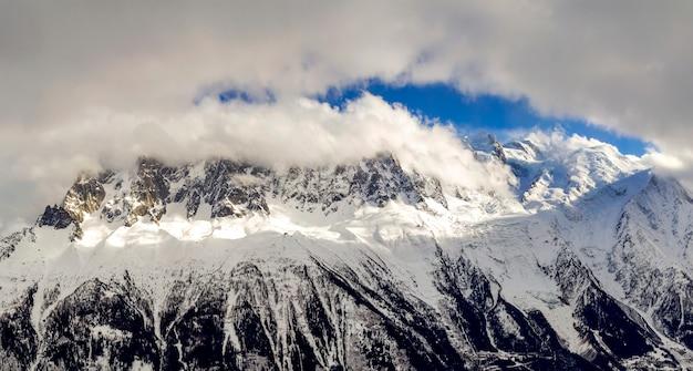 Vue aérienne à couper le souffle du sommet du mont-blanc recouvert de neige brillante, de glace et de glaciers sous un ciel bleu. Photo Premium