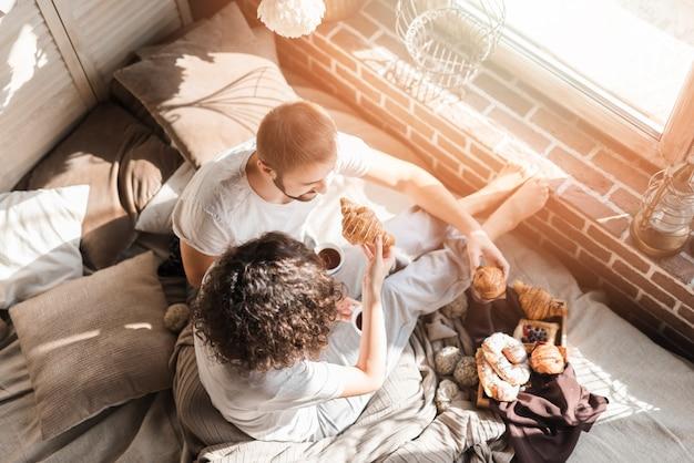 Vue aérienne, de, couple, avoir petit déjeuner sur lit Photo gratuit